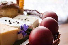 Cesta tradicional de easter do ucraniano com bolo de easter, queijo, ovos Imagens de Stock