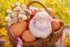 Cesta trançada rural com os ovos para easter Fotos de Stock