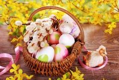 Cesta trançada rural com os ovos para easter Foto de Stock Royalty Free
