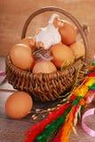 Cesta trenzada rural con los huevos para pascua Imágenes de archivo libres de regalías