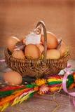 Cesta trenzada rural con los huevos para pascua Foto de archivo libre de regalías