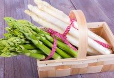 Cesta vegetal com aspargo verde e branco Foto de Stock Royalty Free