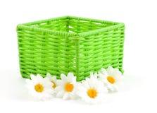 Cesta verde con las flores fotos de archivo