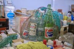 Cesta vieja del vintage con las botellas de Pepsi foto de archivo