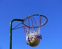 Cesta y bola del Netball Fotografía de archivo libre de regalías