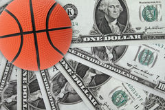 Cesta y dinero Imagen de archivo libre de regalías
