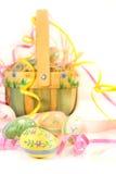 Cesta y huevos de Pascua fotos de archivo