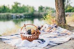 Cesta y vino de fruta para el romance dos Foto de archivo