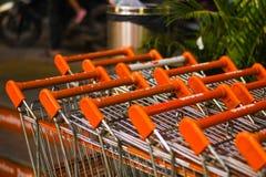 Cestas anaranjadas en el primer del centro comercial fotos de archivo libres de regalías