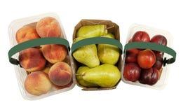 Cestas completamente de pêssegos, de peras e de nectarina frescos Fotografia de Stock Royalty Free