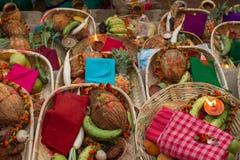 Cestas con las frutas y verduras tropicales Regalos a dioses Sistema de frutas y verduras tropicales Imágenes de archivo libres de regalías