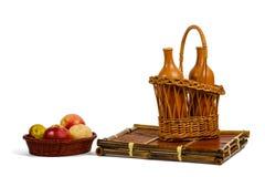 Cestas con las manzanas y las botellas de vino Imagenes de archivo