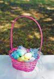 Cestas cor-de-rosa enchidas com os ovos da páscoa imagens de stock royalty free