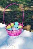 Cestas cor-de-rosa enchidas com os ovos da páscoa fotografia de stock