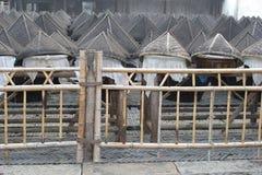 Cestas de bambu características para a pesca na cidade Wuzhen da água, China Foto de Stock