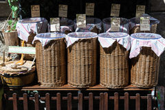 Cestas de feijões secados no mercado Imagem de Stock