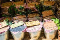 Cestas de feijões secados no mercado Fotografia de Stock Royalty Free