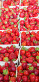 Cestas de fresas frescas en un mercado Fotografía de archivo