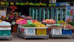 Cestas de fruta en el contador, negociando en un mercado en Asia sudoriental fotografía de archivo