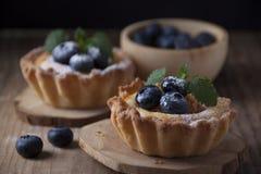 Cestas de la torta dulce con el berrie de la crema, del albaricoque y del arándano de la cuajada foto de archivo