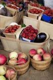 Cestas de las frutas y verdura Imagenes de archivo