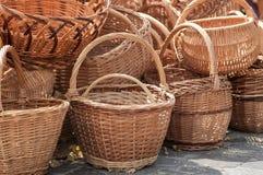 cestas de mimbre en los amos justos Fotos de archivo