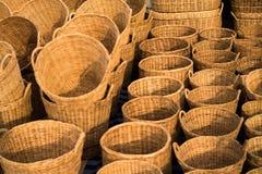 Cestas de mimbre en un mercado callejero Imagenes de archivo