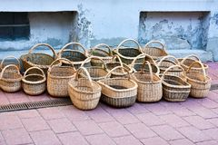 Cestas de mimbre hechas a mano para la venta foto de archivo
