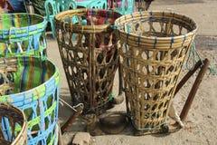 Cestas de mimbre para los pesos que llevan La manera tradicional de carr imágenes de archivo libres de regalías