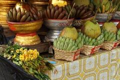 Cestas de plátanos y de cocos verdes Foto de archivo