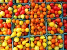 Cestas de tomates de cereza fotos de archivo