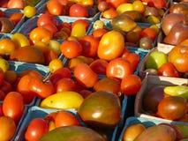 Cestas de tomates de la herencia en el mercado de los granjeros fotos de archivo libres de regalías