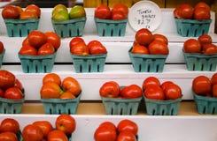 Cestas de tomates frescos en un mercado local de la granja, la Florida Foto de archivo libre de regalías