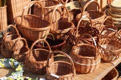 Cestas de vime feitos a mão tradicionais na exposição no mercado dos fazendeiros Fotos de Stock
