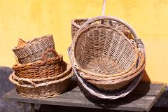 Cestas del vintage del jardinero en una casa rural vieja romántica de la granja - aún vida retra Fotos de archivo libres de regalías