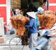 Cestas levando da mulher vietnamiana das frutas e legumes na rua na matiz, Vietname foto de stock