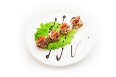 Cestas pequenas enchidas com mistura de vegetais e de tomate fervidos no fundo branco Fotografia de Stock Royalty Free