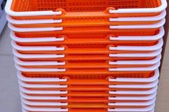 cestas plásticas que aquecem a terra imagens de stock