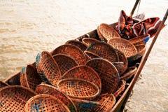 Cestas que llevan del barco de pesca Imagenes de archivo