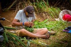 Cestas que tejen del hombre fuera de hojas de palma Fotos de archivo libres de regalías