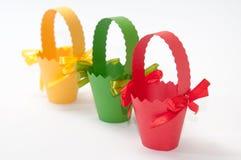 Cestas rojas, verdes y amarillas del cartón para los huevos de Pascua Imagenes de archivo