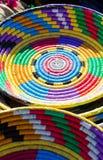 Cestas tejidas coloreadas vibrantes, envases y placas para la venta encendido Foto de archivo libre de regalías