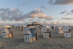 Cestas tradicionais da praia ou cadeiras de praia encapuçados em Alemanha do norte imagens de stock