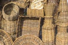 Cestas y varios pedazos en paja en una tienda de la artesanía en Aracaju el Brasil fotos de archivo