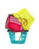 Cestini della spesa di plastica con la lista di acquisto in bianco. fotografia stock libera da diritti