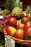 Cestini di frutta da vendere Fotografie Stock