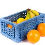 Cestino blu con la frutta immagine stock libera da diritti