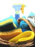 Cestino con i prodotti di pulizia Fotografie Stock Libere da Diritti