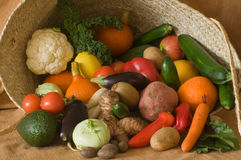 Cestino con le frutta e le verdure Fotografie Stock Libere da Diritti