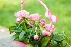 Cestino con le rose Fotografie Stock Libere da Diritti